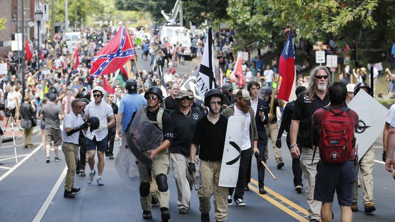 Un mouvement d'extrême droite s'était rassemblé dans les rues de Charlottesville lorsque la voiture a foncé sur la foule.