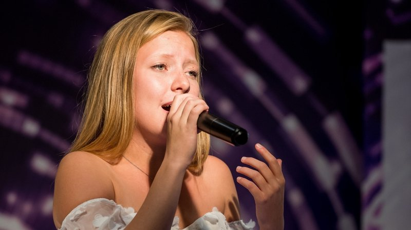 """La Chaux-de-Fonnière Chloé Choffray, ce mercredi après-midi à Entilles Centre, pour marquer du sceau de """"The Voice"""", la 4e saison du Kid's Voice Tour, dans les centre Coop de Suisse."""