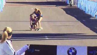Epuisée, elle gagne le marathon de Dallas littéralement portée par une autre coureuse