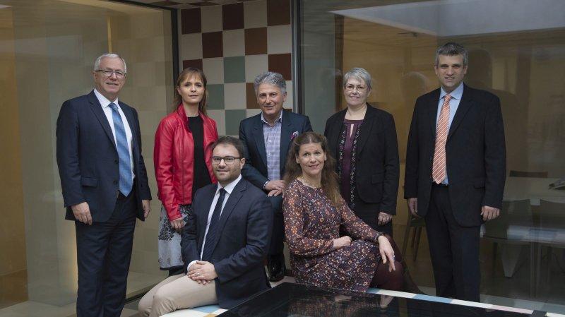 Le conseil communal dans sa nouvelle composition, entouré du chancelier et du vice-chancelier.