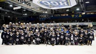 Patinoire des Mélèzes, remise de maillots HCC à 50 enfants sur la glace