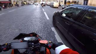 France: un motard permet l'arrestation d'une conductrice qui a renversé un piéton à Paris