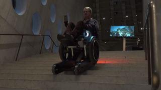 Innovation: un fauteuil roulant qui monte et descend les escaliers automatiquement