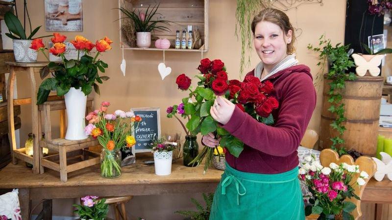 Laurie Pellet s'apprête à vendre une grosse centaine de roses mercredi à Travers.