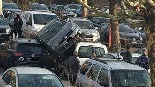 Hôpital de Sion (VS): un véhicule se parque sur le toit... d'un autre