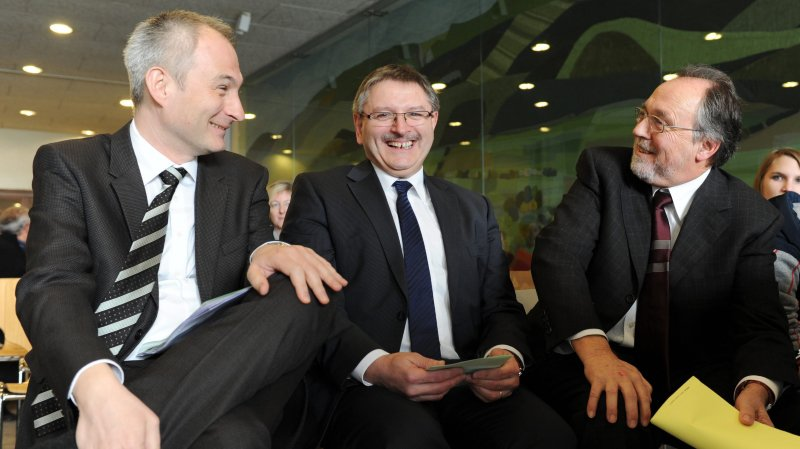 Bernhard Pulver, futur ex-conseiller d'Etat bernois (à gauche), avec le ministre jurassien Charles Juillard et l'ancien président de l'Assemblée interjurassienne, Dick Marty.