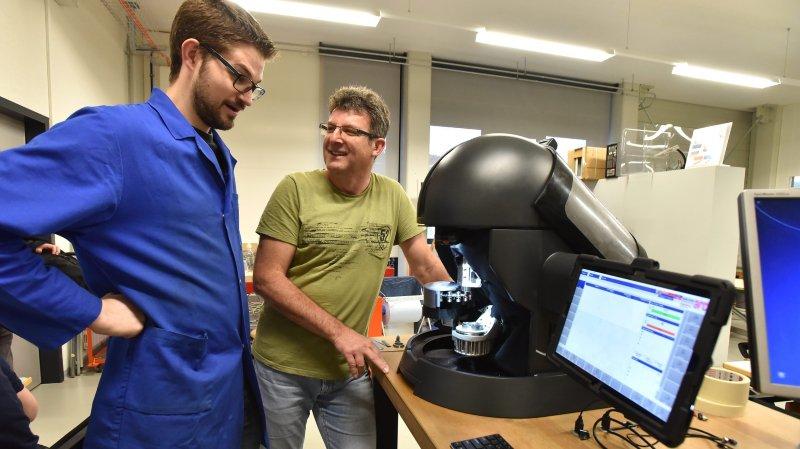 Le professeur Claude Jeannerat (à droite), responsable de la conception des moyens de production, et Alexandre Neukomm, étudiant de master, règlent les derniers détails avant la nouvelle présentation de la Micro5 au Siams de Moutier.