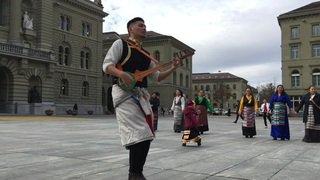 Tibet: danse des membres de la communauté devant le Palais fédéral