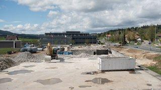 Une longue passerelle devrait relier l'usine Sellita à une nouvelle unité en construction