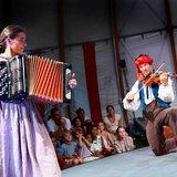 Compagnie Nicole & Martin – Théâtre artistique pour petites filles sous une tent
