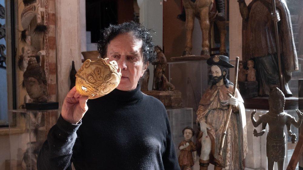Pierre-Yves Gabus dans sa maison-galerie de Montalchez, une ancienne ferme transformée en demeure baroque aux décors d'inspiration italienne.