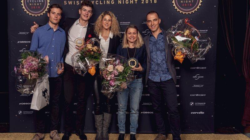 Filippo Colombo, Alexandre Balmer, Jolanda Neff, Sina Frei et Nino Schurter (de gauche à droite) posent avec leur trophée.
