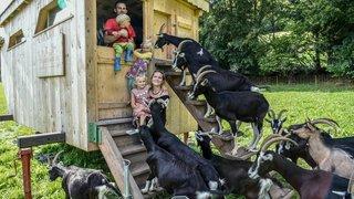 Chez Luana et Joas: la petite chèvrerie dans la prairie, version Heidi jurassienne