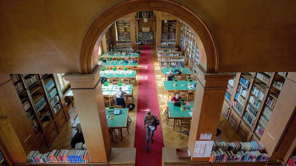 Les usagers des bibliothèques – ici la BPU de Neuchâtel – devraient pouvoir bénéficier des mêmes prestations à partir de 2021, malgré l'apparition de deux nouveaux systèmes de gestion.