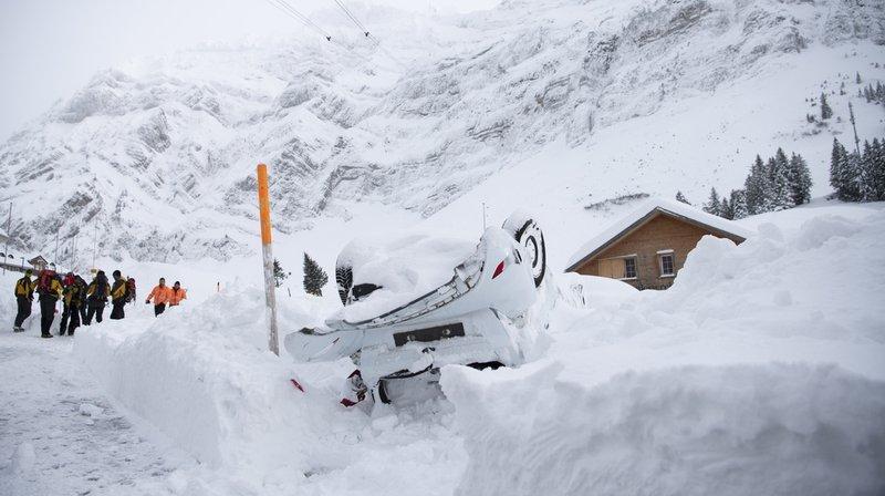 Samedi, des véhicules endommagés ont été évacués et des bâtiments prisonniers de la neige libérés.