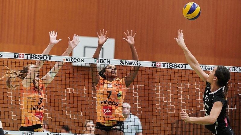 Les Neuchâteloises Martina Halter (3) et Kyra Holt (7) face à la Schaffhousoise Jessica Wagner.