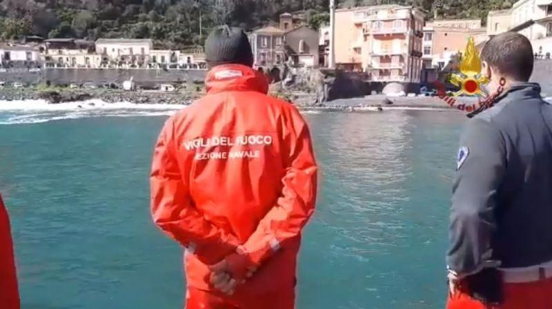 Tempête en Italie: une énorme vague emporte une voiture et ses jeunes occupants