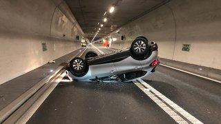 Moutier: une voiture finit sur le toit sur l'A16