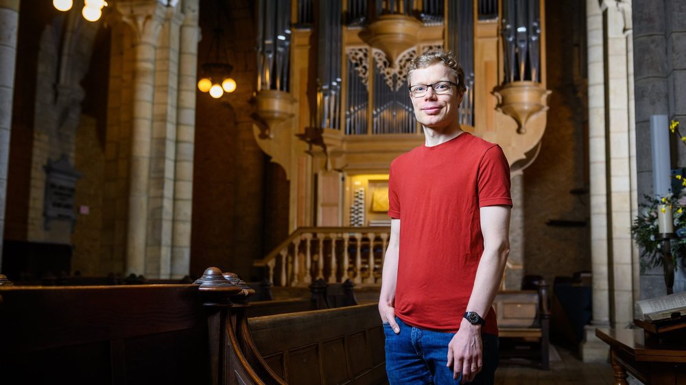 """Simon Péguiron devant l'orgue de la collégiale, """"un instrument exceptionnel!"""""""