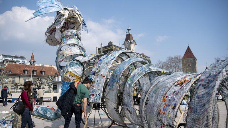 Le monstre de plastique de Greenpeace pour sensibiliser aux déchets fait halte à Lausanne