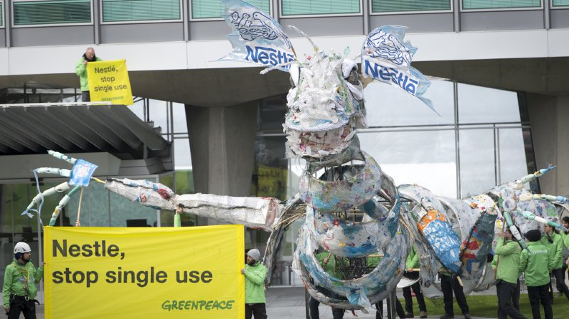 Emballages: le dragon de plastique de Greenpeace s'invite au siège de Nestlé à Vevey