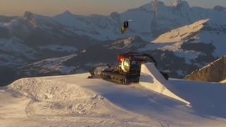 Le skieur freestyle Candide Thovex saute par-dessus une dameuse en marche!