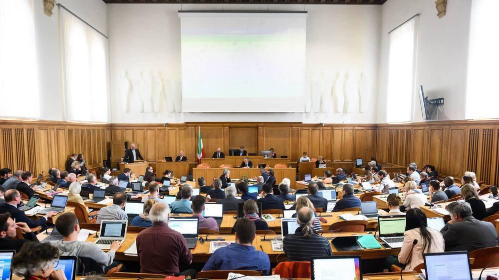 Le Grand Conseil neuchâtelois pourrait être composé, dès 2021, de 50 hommes et 50 femmes.