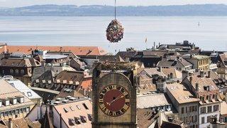 Un œuf géant d'une tonne hissé sur la Tour de Diesse à Neuchâtel