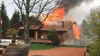 Maison en feu sur les hauteurs du Val-de-Travers