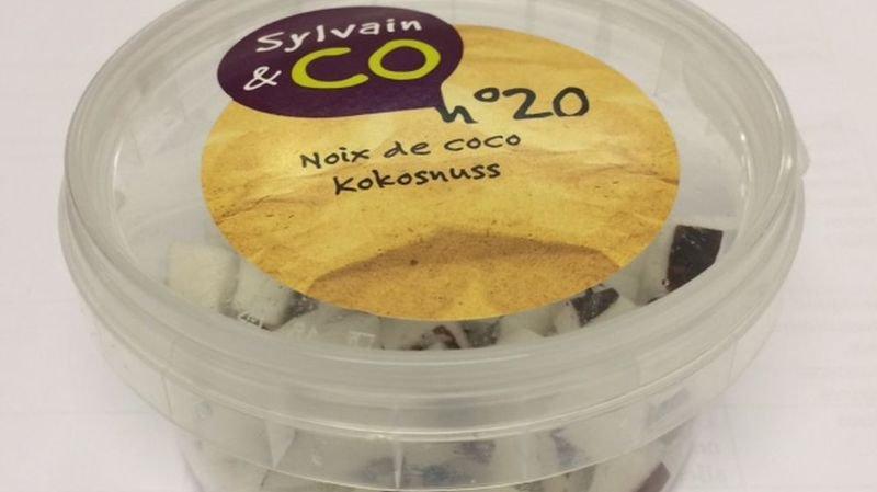 Les morceaux de noix de coco frais du producteur Sylvain & Co sont vendus exclusivement par Manor.