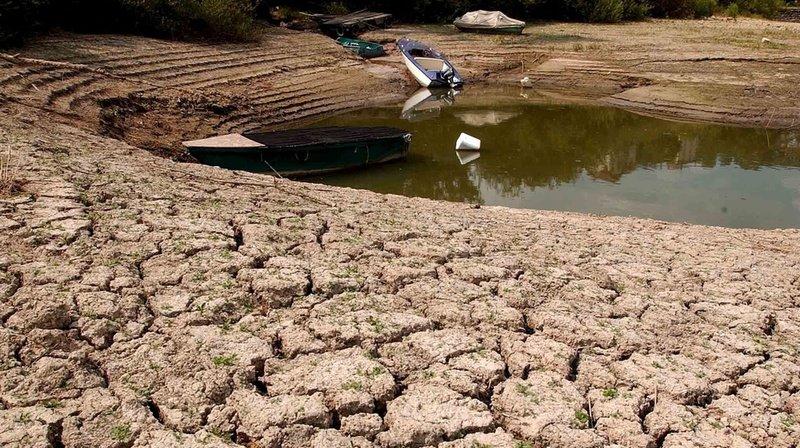 Deux mois de canicule ont pratiquement asséché le fleuve du Doubs entre la Suisse et la France en 2003.