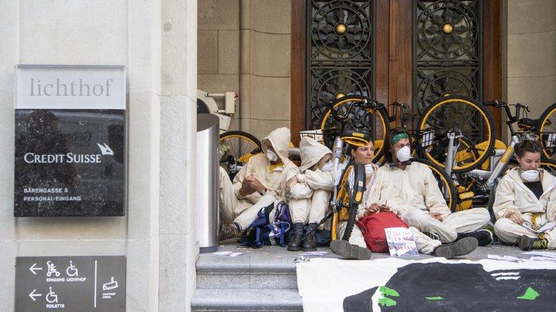 Environnement: des défenseurs du climat ont manifesté devant les sièges de Credit Suisse à Zurich et de l'UBS à Bâle