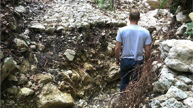 L'empierrement de la partie historique du sentier a été partiellement arraché par la crue.