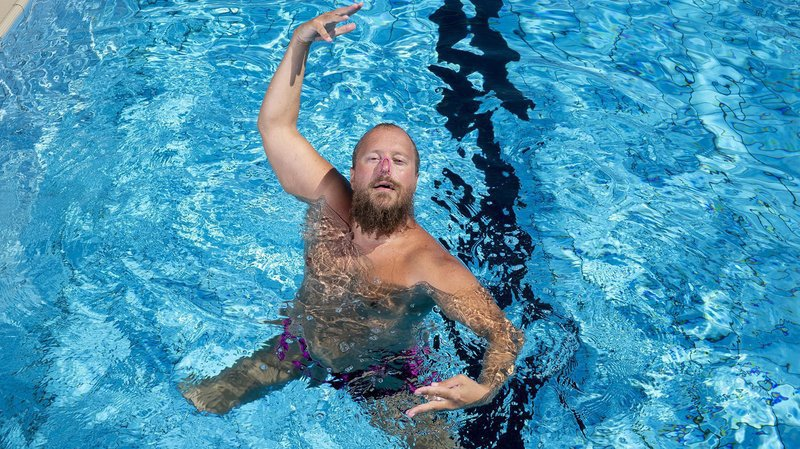 Le seul nageur artistique de Suisse s'entraînera à Neuchâtel