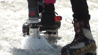 Zermatt: des jeunes filles explorent le glacier de Findelen