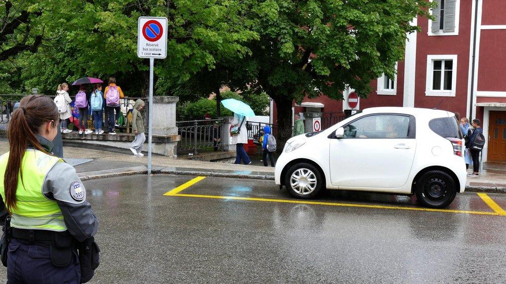 Une agente de sécurité devant le collège de la Promenade, à La Chaux-de-Fonds.