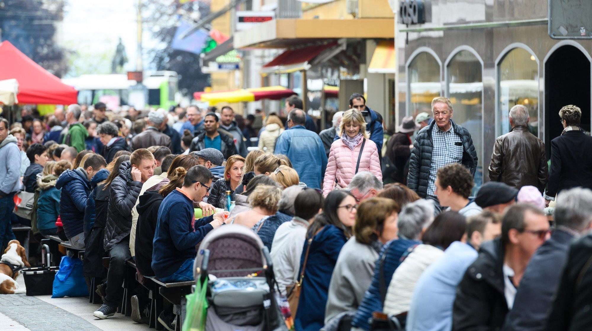 De nombreuses festivités avaient été organisées à l'occasion des quarante ans de la zone piétonne de Neuchâtel. Ici, un pique-nique géant à la rue du Seyon en mai.