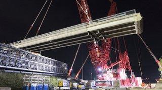 Vaud: un nouveau pont a été posé sur l'A1 grâce à une grue géante