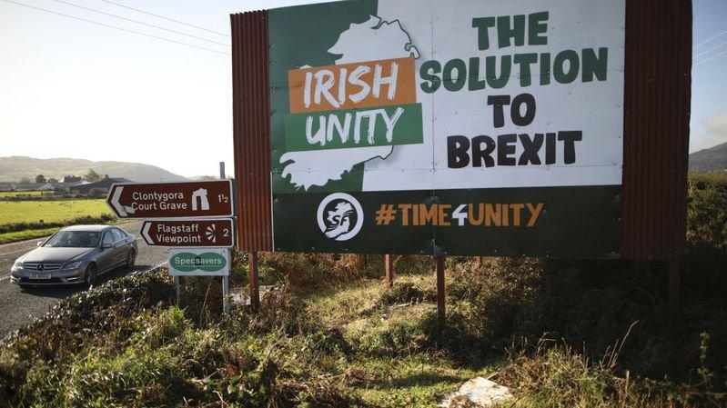 Entre Belfast et Dublin, un panneau prône la réunification comme solution au Brexit.