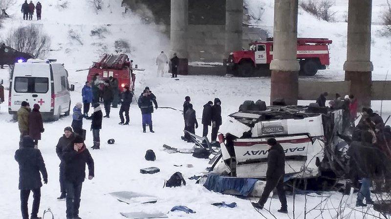 Russie: un bus s'écrase sur une rivière gelée en Sibérie, 19 morts