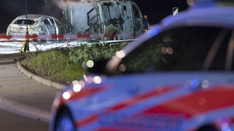 Trois véhicules auraient été incendiés.