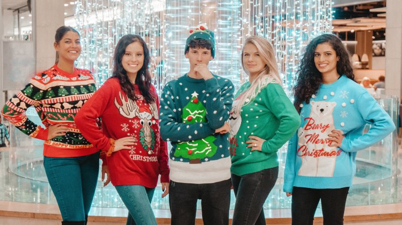 Les miss neuchâteloises entourent le chanteur Robin Dylon dans leur pull de Noël.